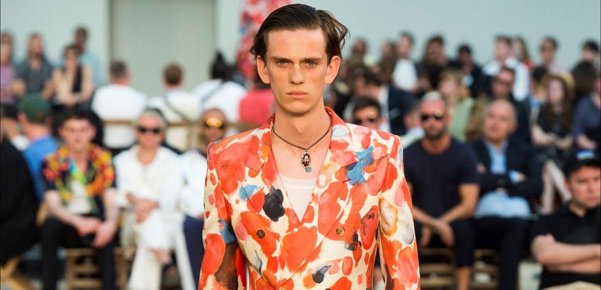Un outfit della Collezione Uomo PE 2019 Alexander McQueen alla Paris Fashion Week