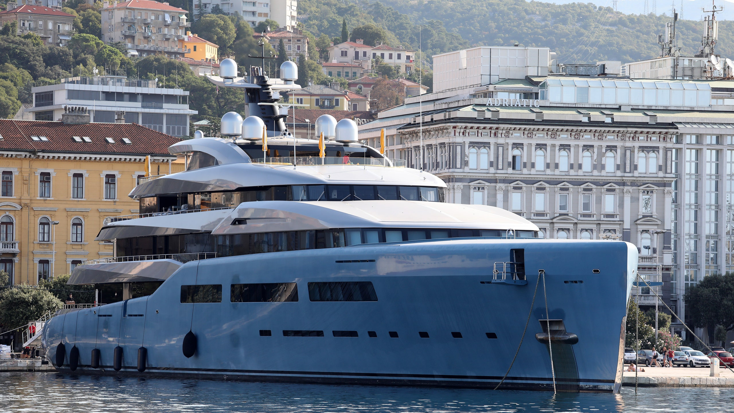 Yacht Aviva: il mega yacht di Joe Lewis ha anche il campo da padel